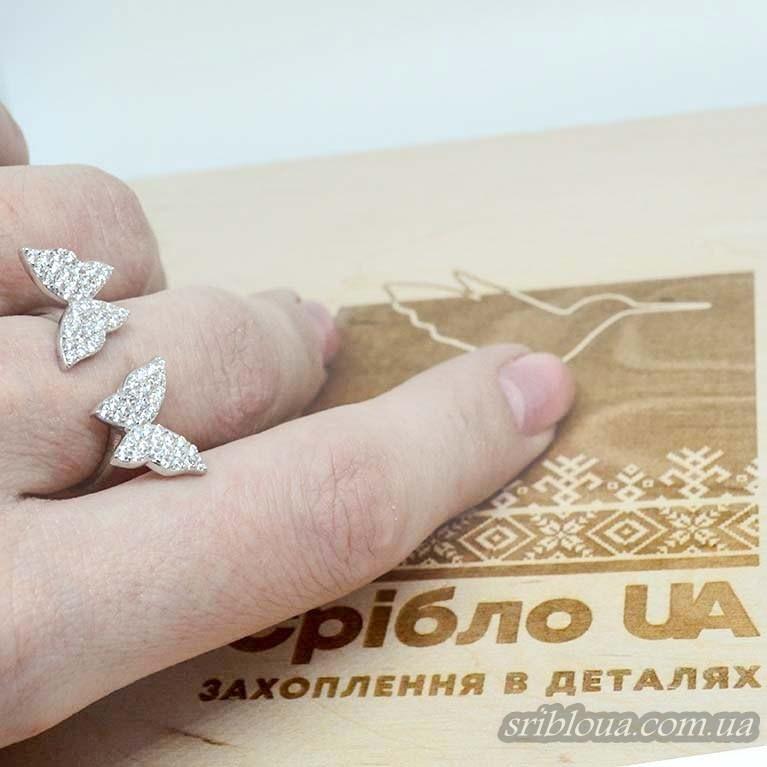 Серебряное кольцо со вставками фианитов в виде бабочек (арт. 10168)