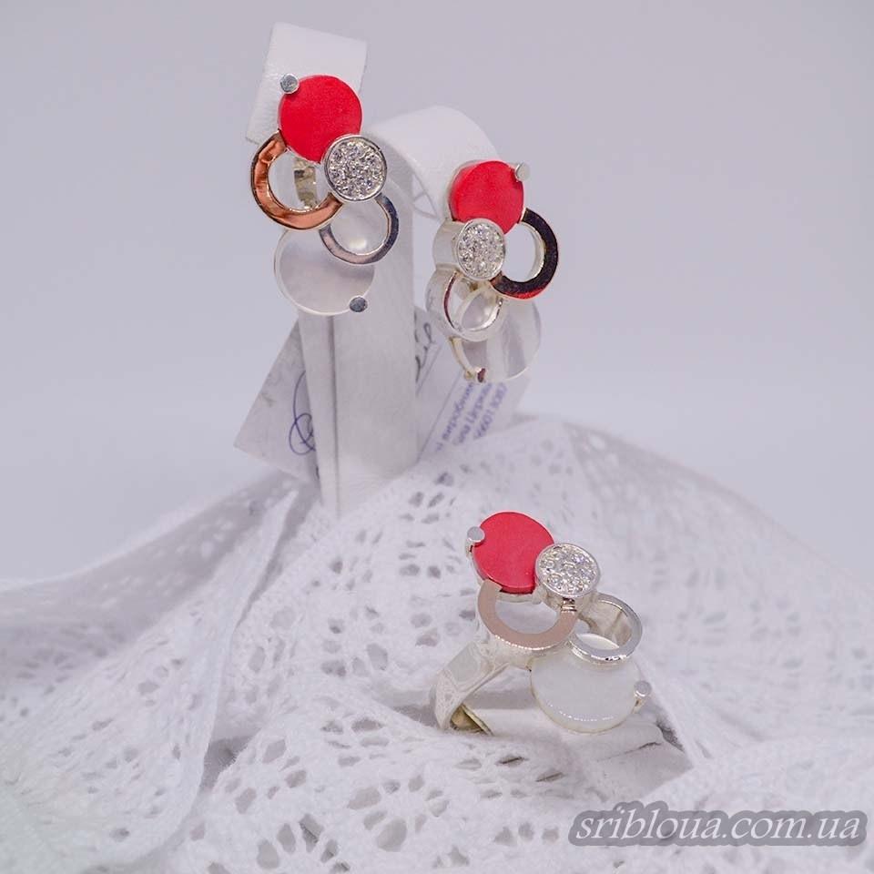 Серебряный набор кольцо+серьги с позолотой со вставками перламутров и кораллов (арт. Nab.1522400+1522700)