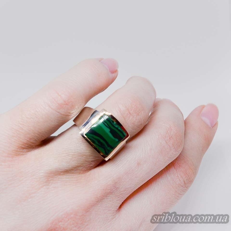 Серебряное кольцо с позолотой и вставкой малахита (арт. 783500)